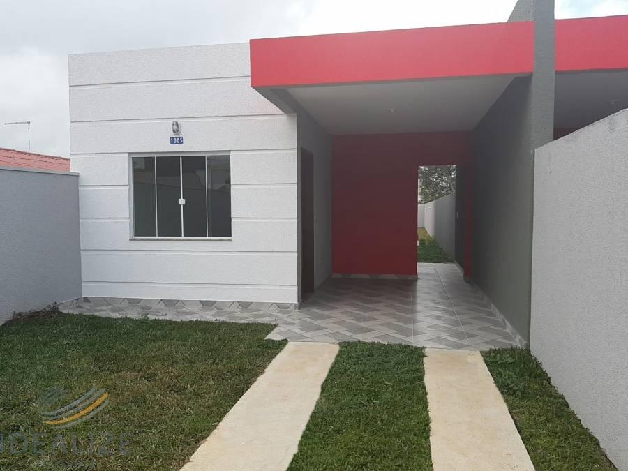 Casa com 03 dormitórios e amplo quintal.
